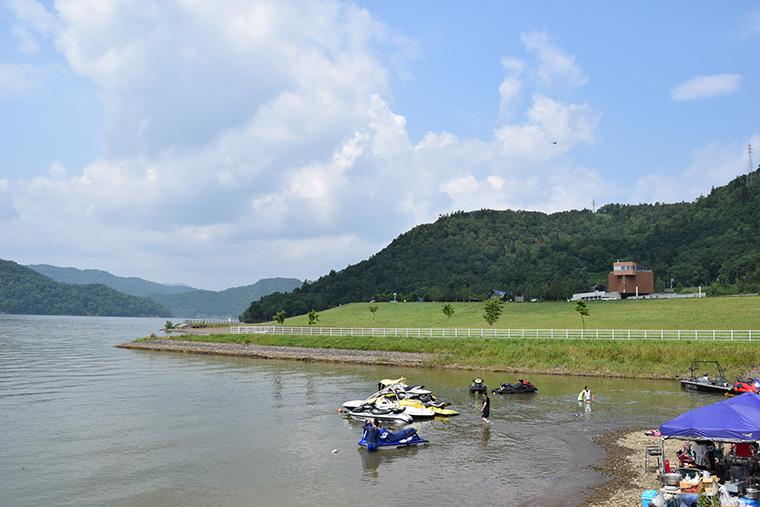 湖面に写る山の姿も印象的