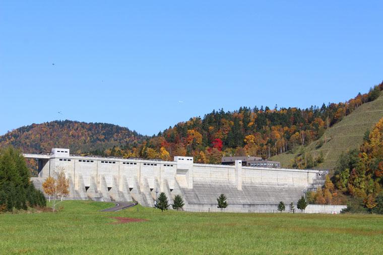 ダムサイトでは、日常ではなかなか見られない、巨大なダムの姿を間近に眺めることができます