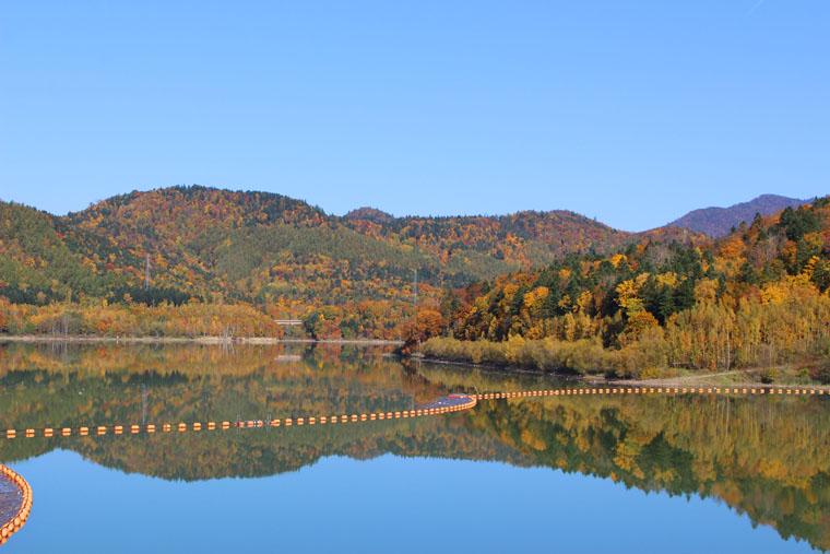 畔は周囲の山々と湖水のコントラストが美しく、湖面に写る山の姿も印象的です