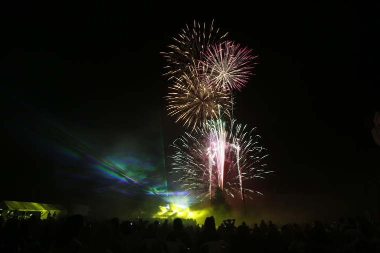 打ち上げ5000発の花火と、レーザー光線と音楽の3つが融合した演出