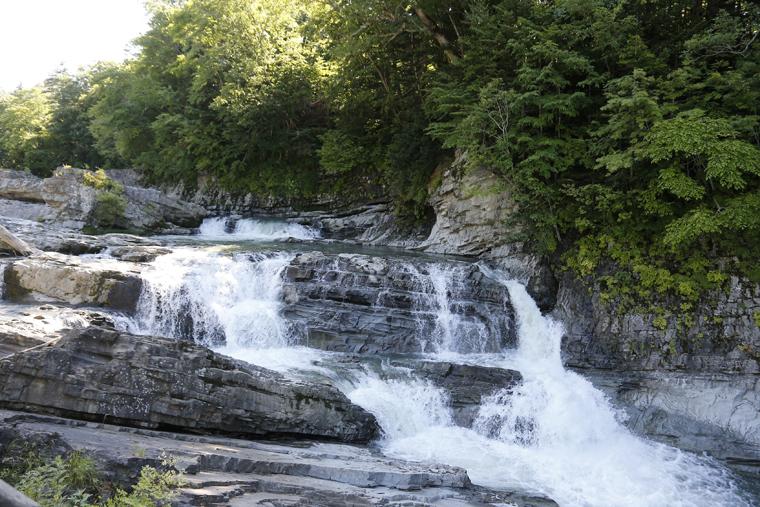 三段の滝は、国道沿いから気軽に観賞できる芦別のヒーリングスポットです。