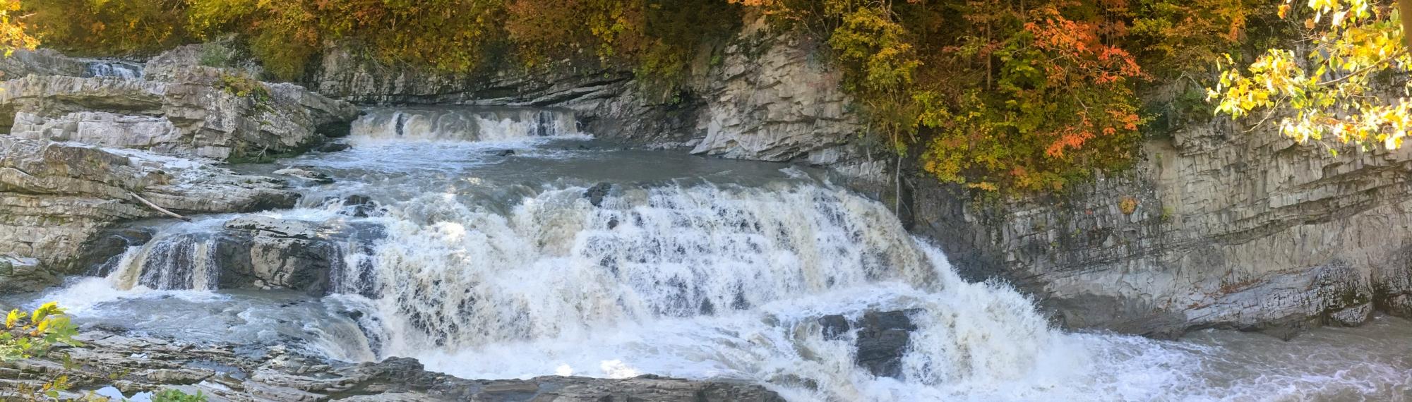 紅葉、映える 三段滝